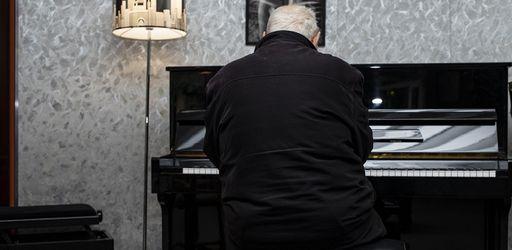 Yves Chamberland, le fondateur du Studio Davout est VIVANT. Et il joue du piano, assis…