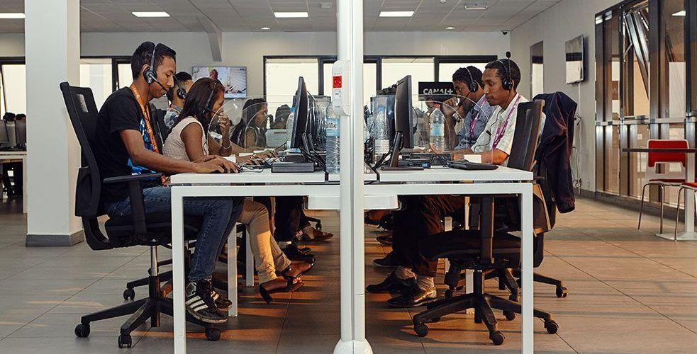 Amazon, Deliveroo, Canal+ Overseas, Phoneandphone.com… ils font tous gérer partiellement leurs services clients et BPO à Madagascar. Pourquoi ?