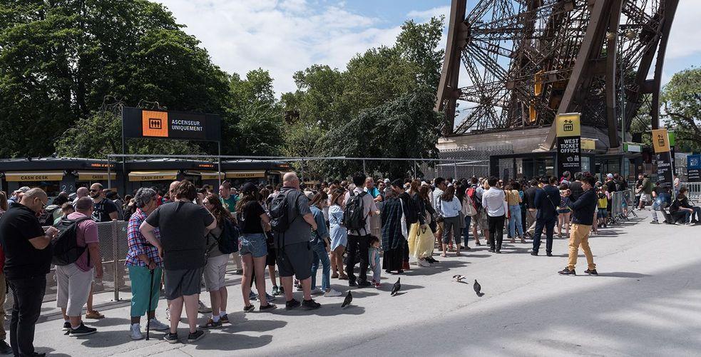 La Tour Eiffel sonde ses clients et les parisiens pour revoir ses parcours clients et améliorer l'expérience visiteurs